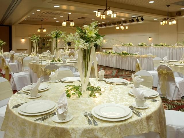 Ballroom can accommodate up to 450 guest.