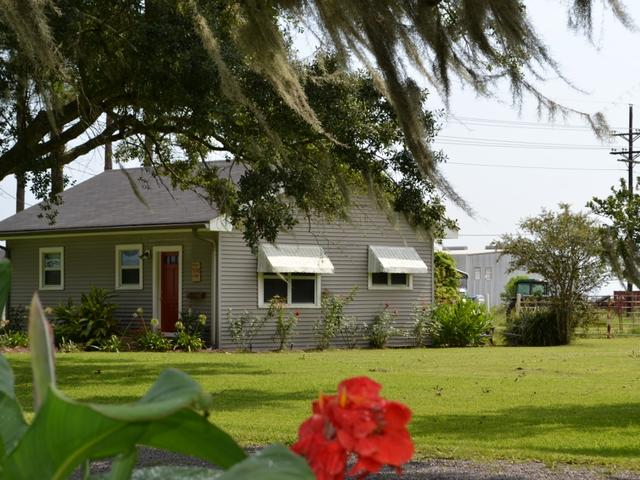 One bedroom cottage sleeps four, includes full kitchen & washer/dryer.
